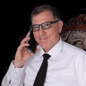 חיים פאשי לוין מחייך עם טלפון